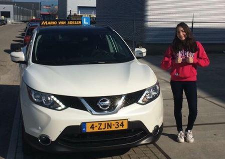 Nadeche Jocelyn van Baaren haalt haar rijbewijs in een Nissan Qashqai
