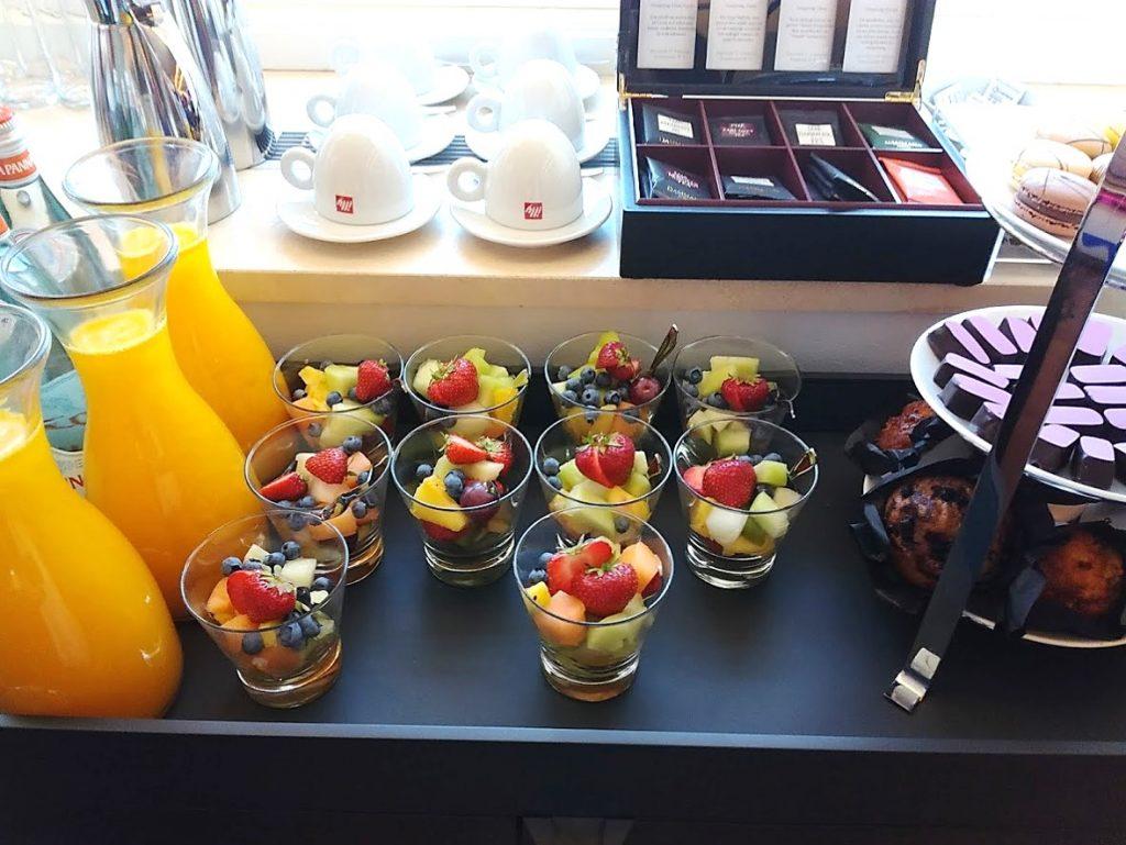 Tafel met gekleurd fruit en Jus D'orange