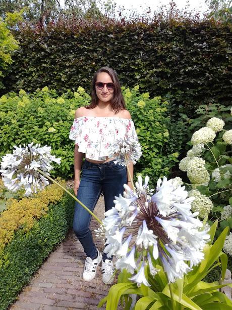 Meisje met floral offshoulder top van Bershka in Franse bloementuin