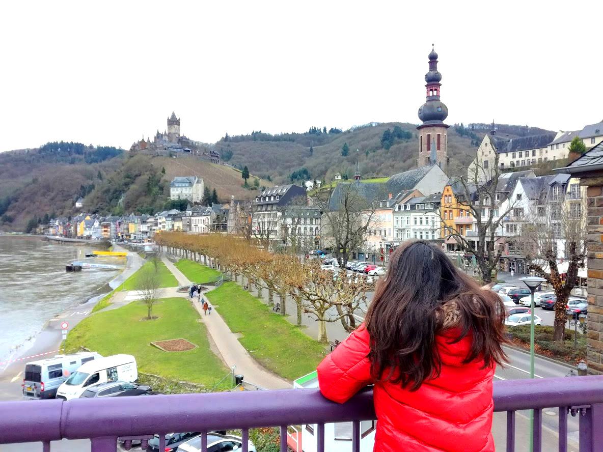 Meisje kijkt uit over de stad Cochem in Duitsland