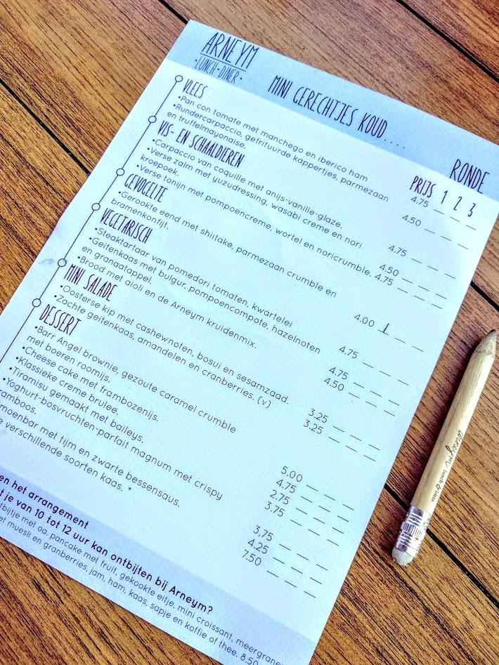 De voorkant van de menukaart met koude en warme tapas van Arneym