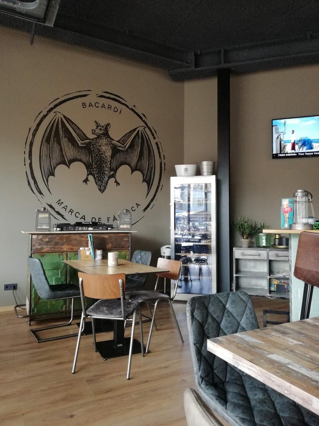 Bacardi logo als onderdeel van het interieur van Tres Tapas & Wine bar in Veenendaal