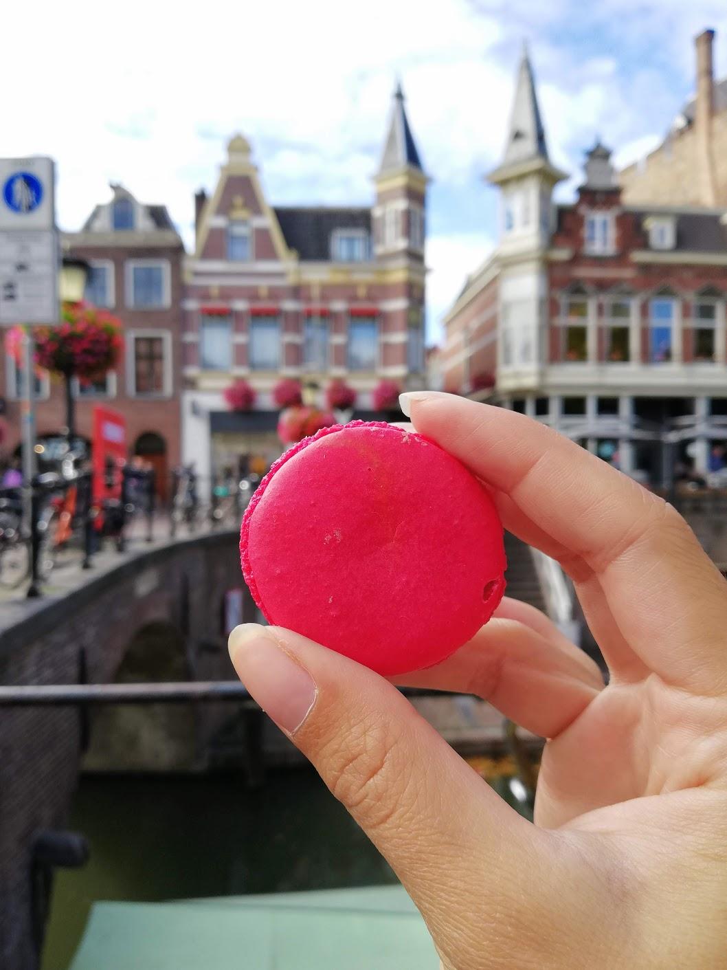 Red Velvet macaron van Australian in de winkelstraat van Utrecht