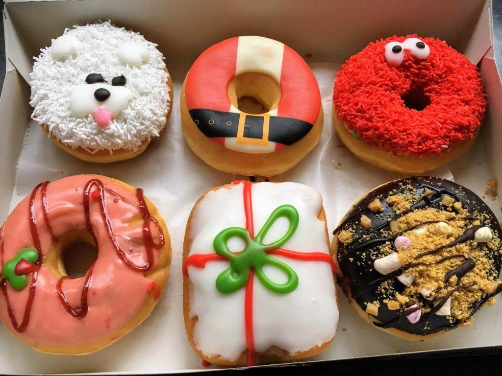 Zes verschillende Christmas Donuts van Dunkin' Donuts