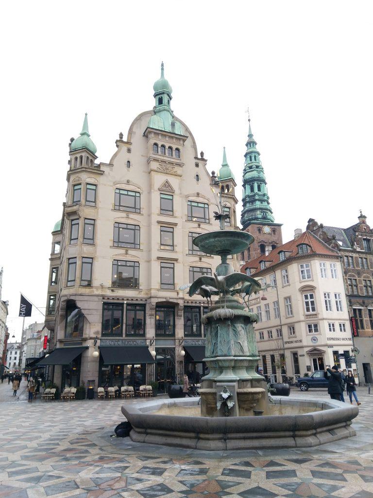 Het uitzicht van de winkelstraat van Kopenhagen