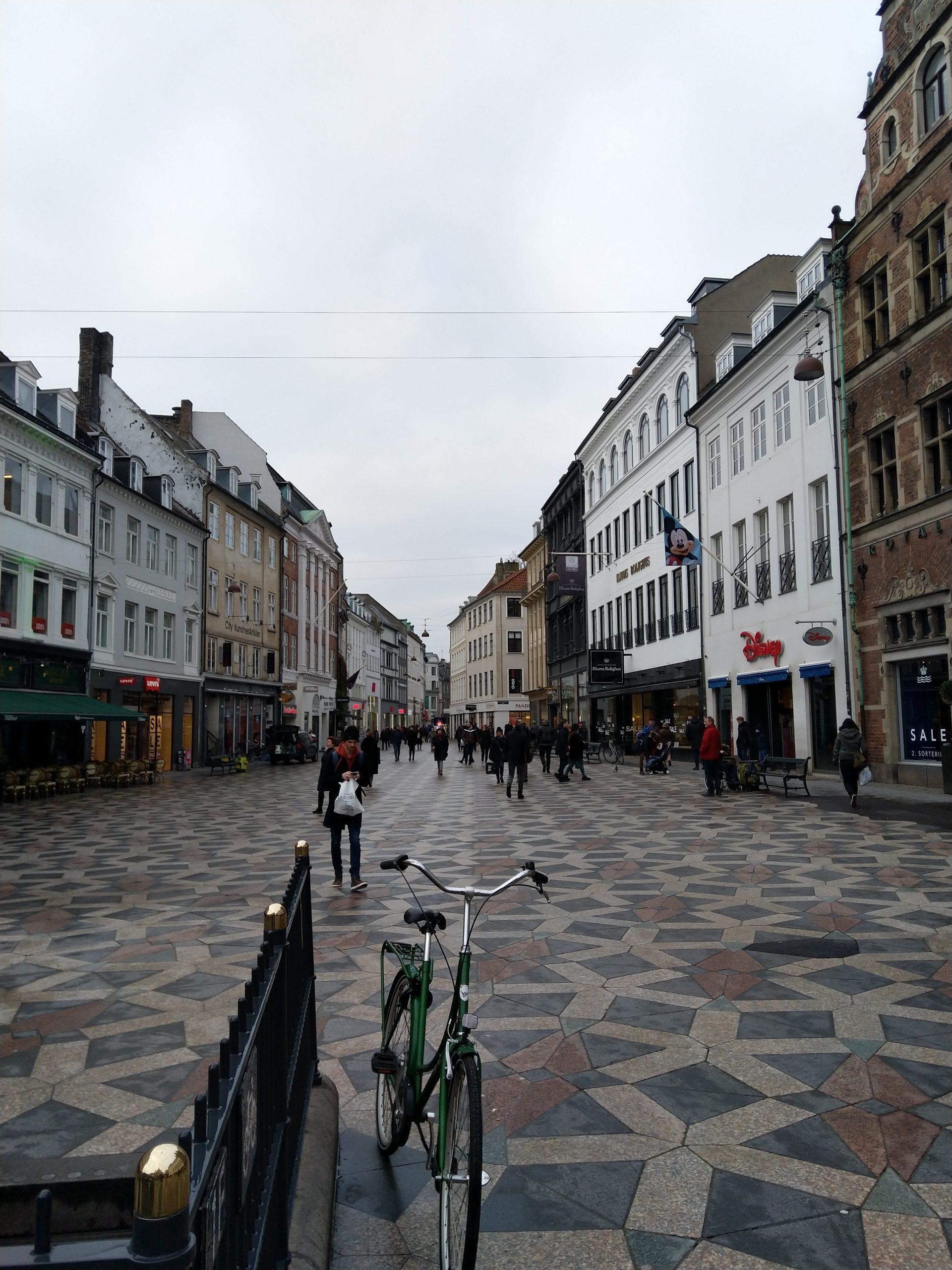 Het uitzicht op een winkelstraat in Kopenhagen