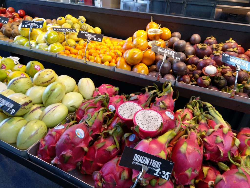 Verschillende soorten fruit op de versmarkt van Kopenhagen
