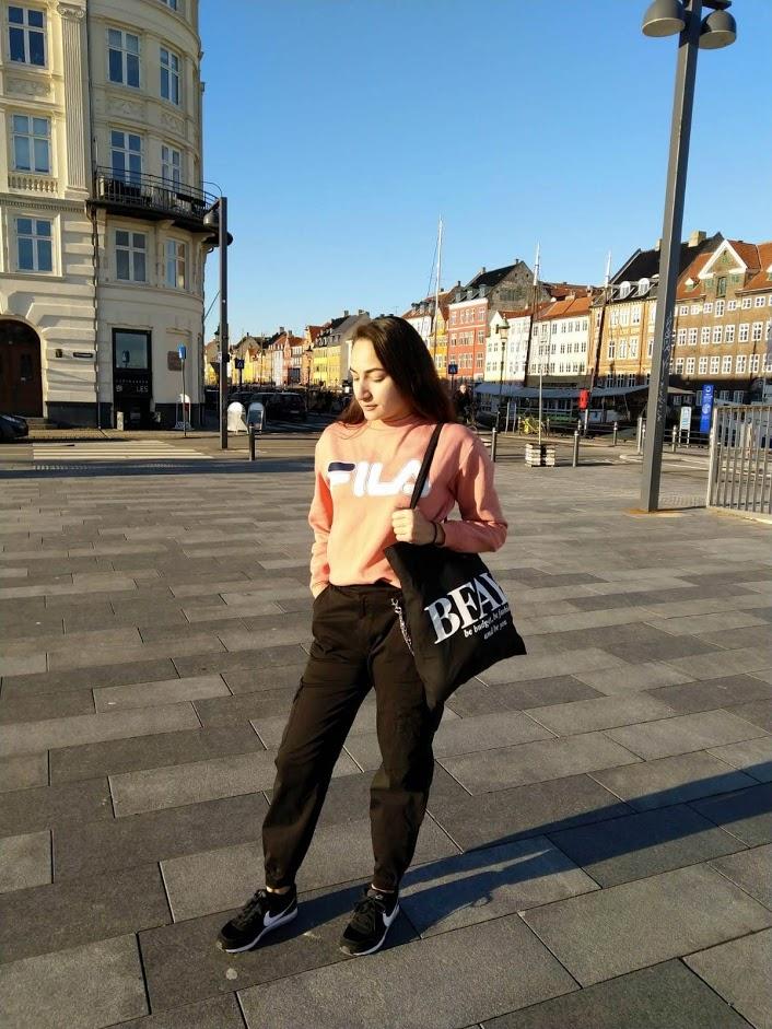Nadeche Jocelyn met haar cargo pants, Fila sweater en BFAY tote bag