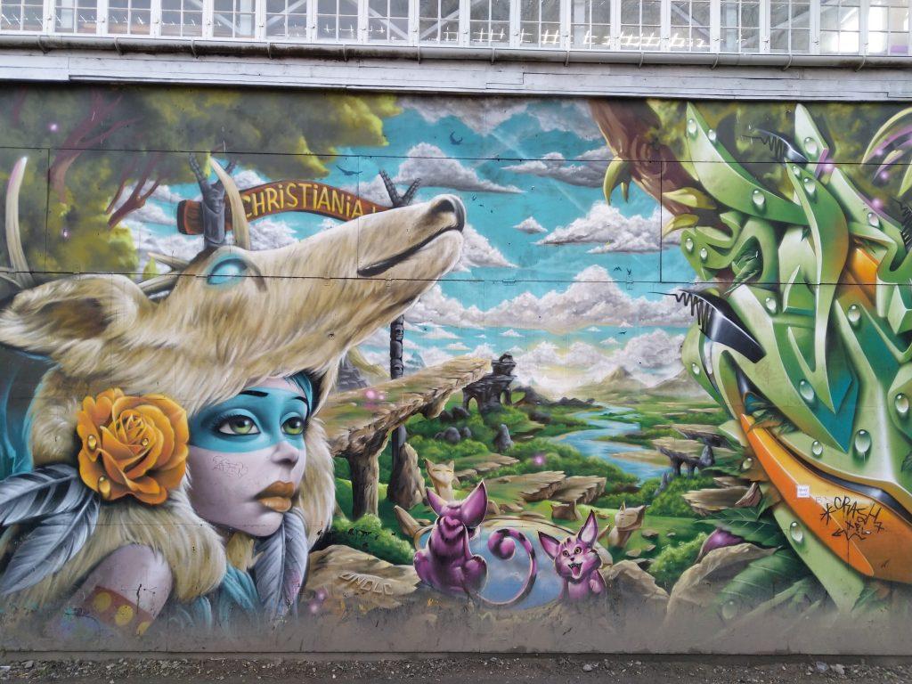 Een zeer kleurrijke muur in de hippiewijk Christiana van Kopenhagen