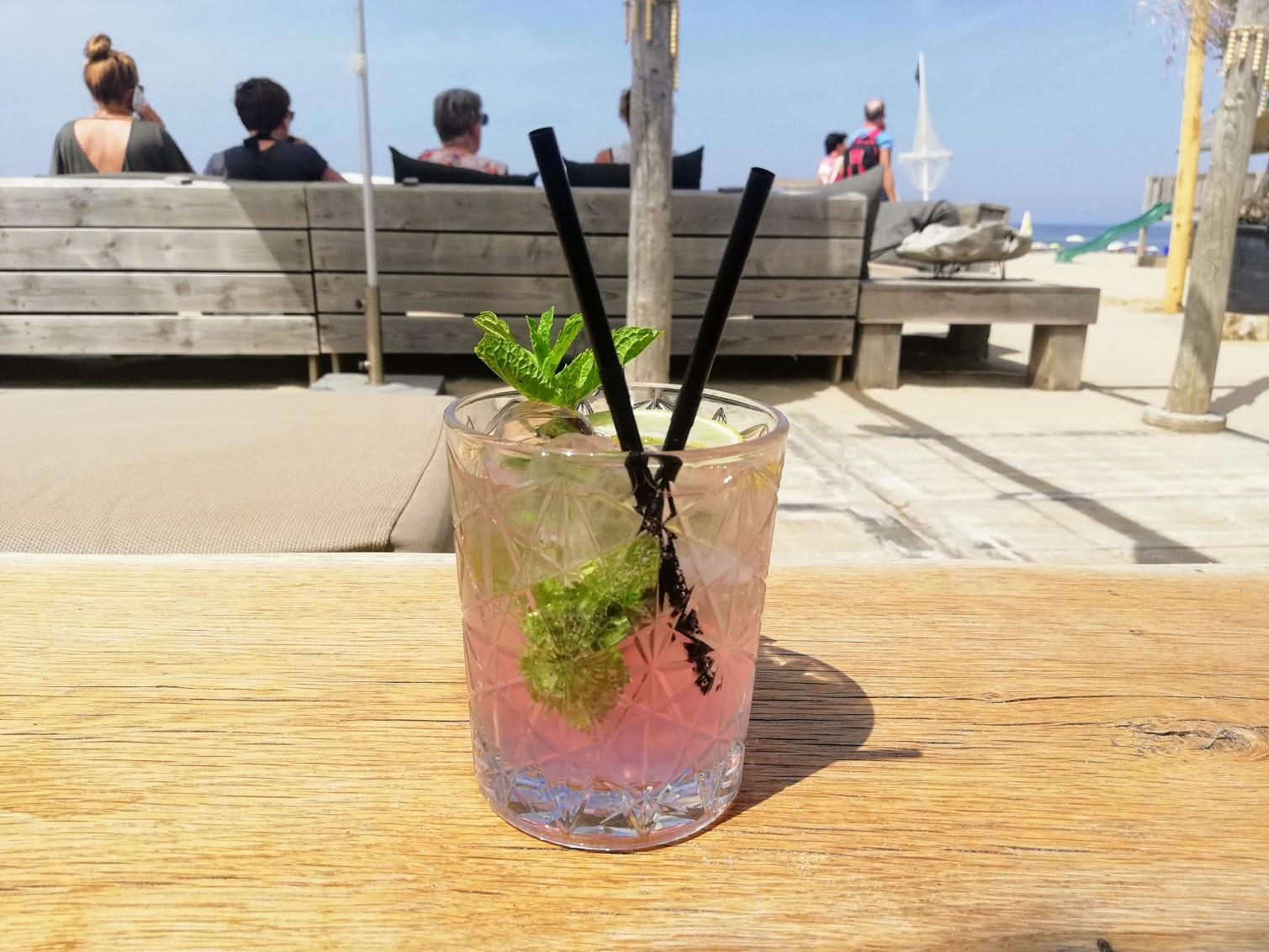 Een lekker cocktail om de self-care summer mee te beginnen op het strand van Katwijk aan zee.