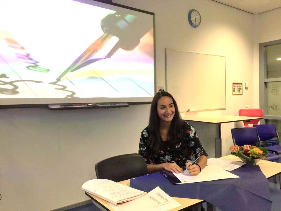 Nadeche Jocelyn tekent haar propedeuse voor de opleiding Communicatie aan de Hogeschool van Arnhem en Nijmegen