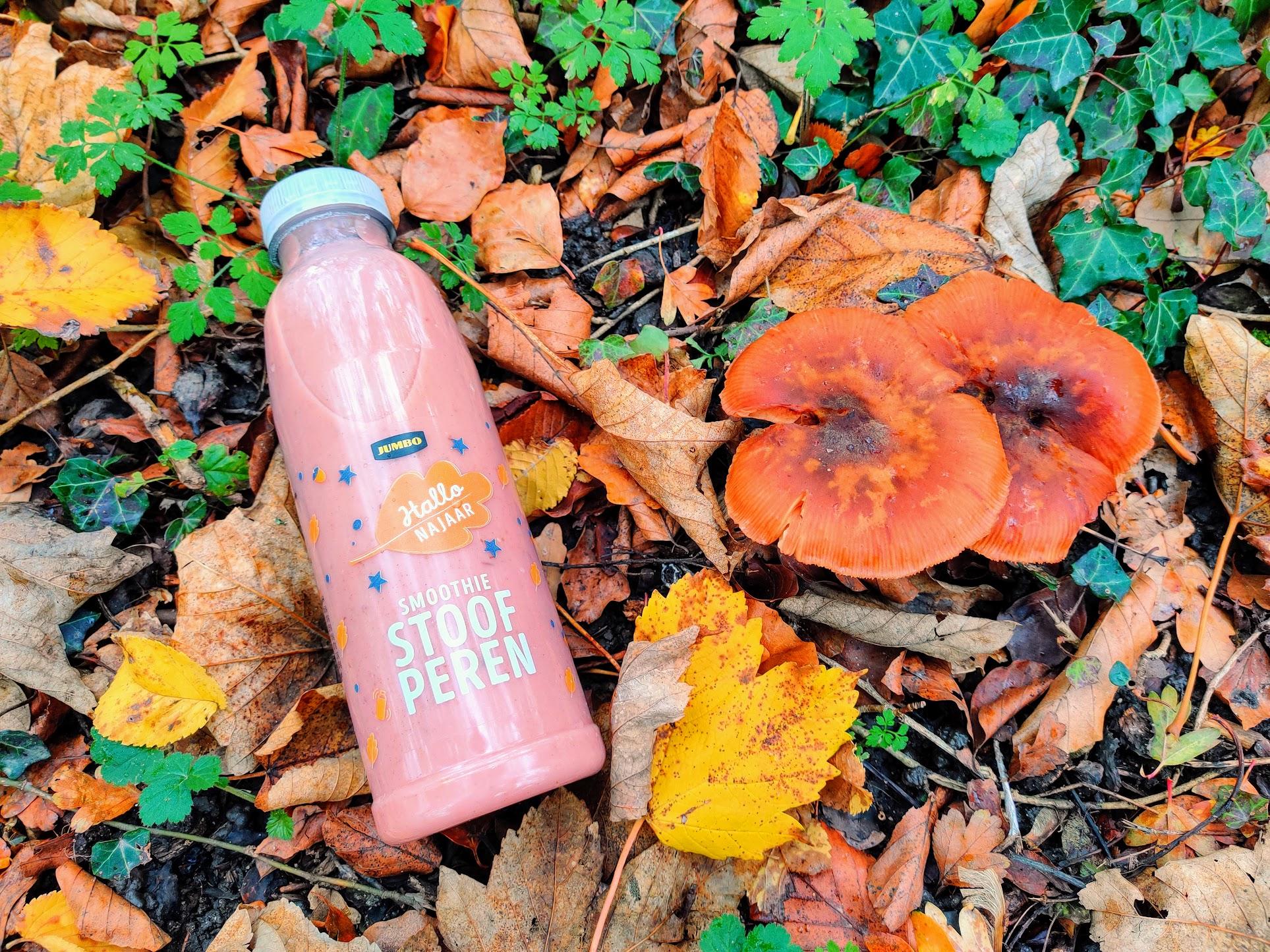 De stoofperensmoothie van Jumbo is een echte najaarssmoothie en ligt tussen de hefstblaadjes en paddenstoelen